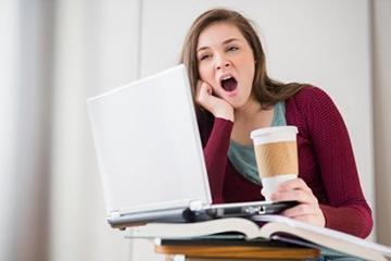 утомленная девушка зевает