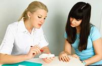 девушка обследуется у врача гинеколога