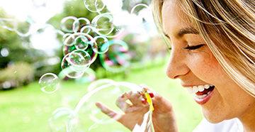 девушка с мыльными пузырями
