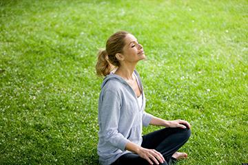 медитация на лужайке