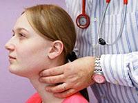 доктор пальпирует щитовидку