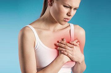 девушка испытывает жжение в молочной железе