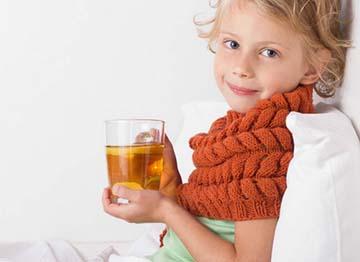 ребенок пьет отвар